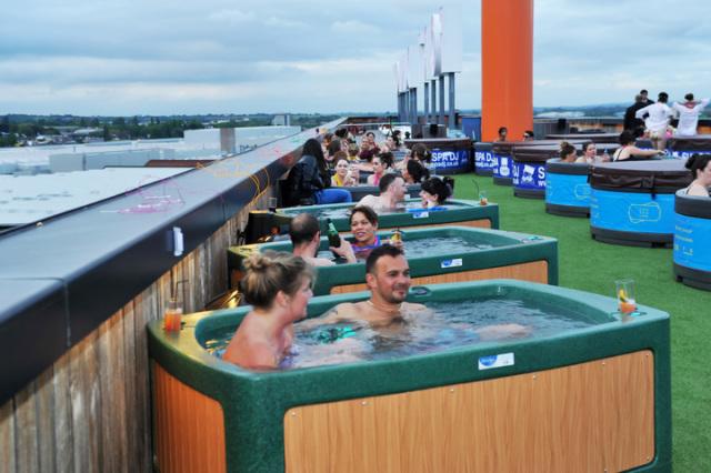 bathtub-cinema-shibuya-tokyo-outdoor-movies-hollywood-summer-blockbusters-spiderman-rooftop-3.jpg