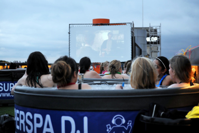 bathtub-cinema-shibuya-tokyo-outdoor-movies-hollywood-summer-blockbusters-spiderman-rooftop-2.jpg